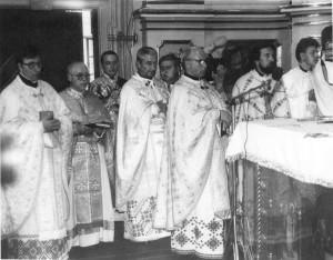 Олексій Васьків (крайній зліва) - на першій Літургії у Соборі Св. Юра. Львів, 1990
